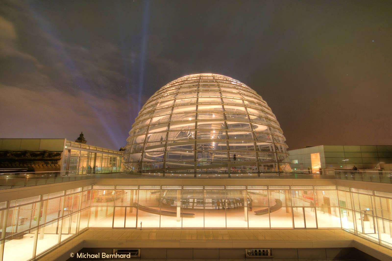 Bundestag Kuppel abend beleuchtet (© M. Bernhard)
